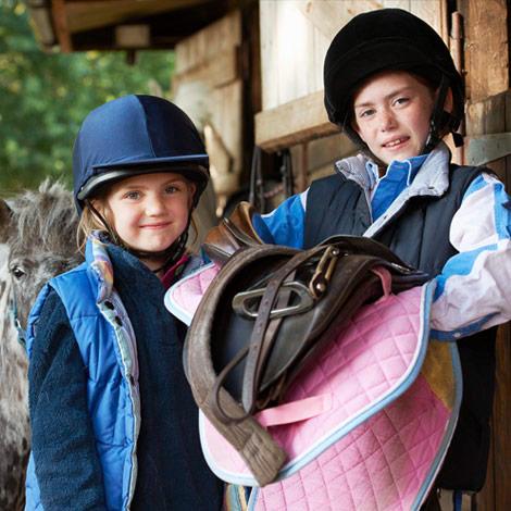Niños vestidos para hacer equitación en Inglaterra